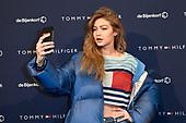 Gigi Hadid bij de Bijenkorf ter promotie van TOMMYXGIGI
