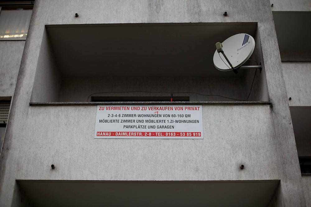Hanau | Deutschland | 29.02.2013 : In den H&auml;usern der Hanauer Daimlerstrasse wohnen seit einiger Zeit Migranten aus Rum&auml;nien und Bulgarien, die dort zu &uuml;berh&ouml;hten Preisen in &uuml;berbelegten, heruntergekommenen Wohnungen hausen. Viele von ihnen sind Roma und gehen einfachen T&auml;tigkeiten nach oder sammeln z.B. Alteisen.<br /> <br /> hier: <br />   <br /> Sascha Rheker<br /> 20130129<br /> <br /> [Inhaltsveraendernde Manipulation des Fotos nur nach ausdruecklicher Genehmigung des Fotografen. Vereinbarungen ueber Abtretung von Persoenlichkeitsrechten/Model Release der abgebildeten Person/Personen liegt/liegen nicht vor.] [No Model Release | No Property Release]