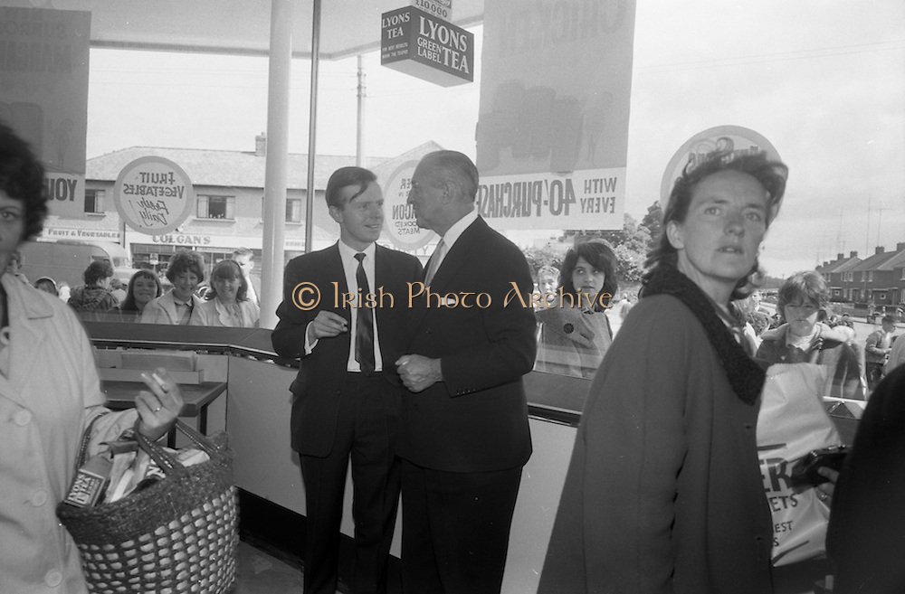 08/07/1965 <br /> 07/08/1965<br /> 08 July 1965<br /> Opening of Powers Supermarket in Ballyfermot.  Mr. Garfield Weston (right) chatting  with customers on opening day.