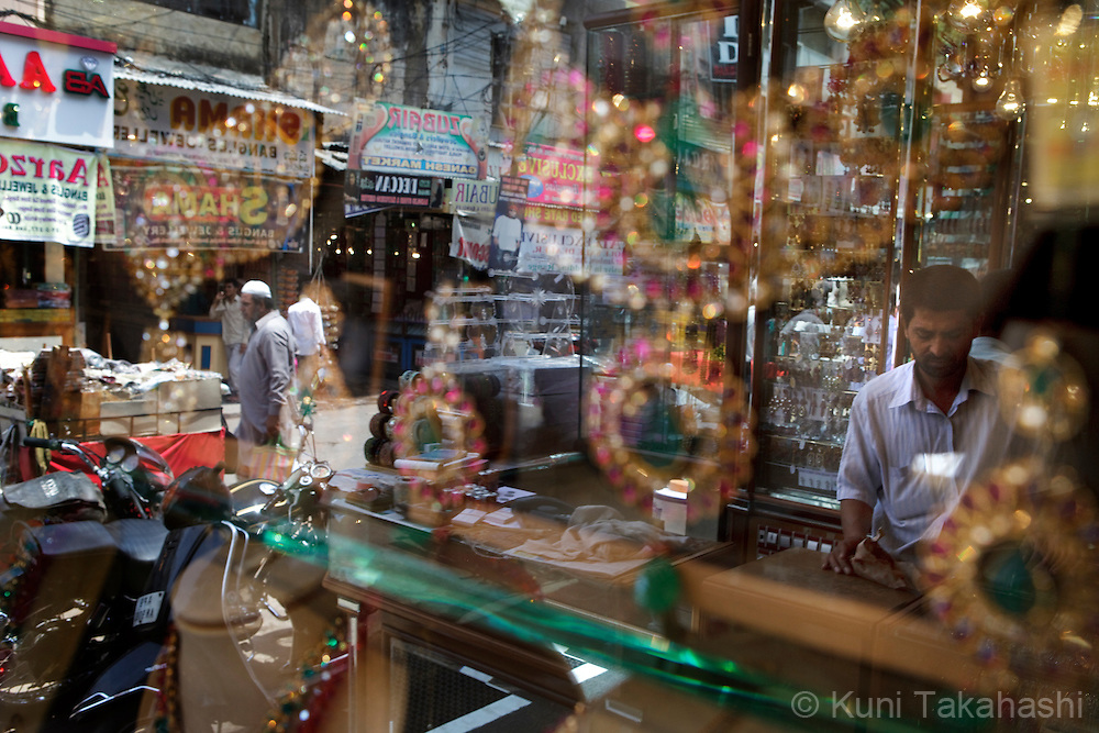 Laad Bazaar in Charminar, Old City neighborhood, in Hyderabad, India on April 19, 2012<br /> (Photo by Kuni Takahashi)