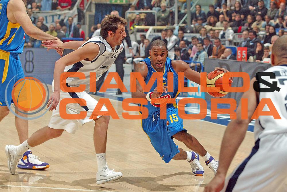 DESCRIZIONE : Bologna Eurolega 2005-06 Climamio Fortitudo Bologna Maccabi Tel Aviv <br /> GIOCATORE : Solomon<br /> SQUADRA :  Maccabi Tel Aviv<br /> EVENTO : Eurolega 2005-2006<br /> GARA : Climamio Fortitudo Bologna Maccabi Tel Aviv<br /> DATA : 09/03/2006 <br /> CATEGORIA : Palleggio<br /> SPORT : Pallacanestro <br /> AUTORE : Agenzia Ciamillo-Castoria/G.Livaldi