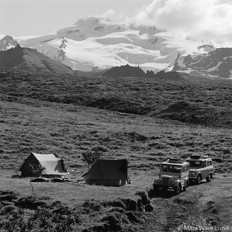 Tjaldst&aelig;&eth;i uppi Skaftafellsbrekkunum. Hvannadalshn&uacute;kur &iacute; baks&yacute;ni, 1972<br /> <br /> Campsite at Skaftafell. Mt. Hvannadalshn&uacute;kur, Iceland&rsquo;s highest peak, in the background.