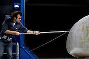 Studenten van de TU Delft testen een model van een gestroomlijnde ligfiets in de windtunnel. Met de fiets willen de studenten, samen met de VU Amsterdam, het wereldrecord van 133 km/h gaan verbreken. De twee voorgaande jaren lukte het het Human Power Team niet.<br /> <br /> Students of the TU Delft are testing a full model of the bicycle in the wind tunnel. With the bike the students, together with students of the VU Amsterdam, want to break the human powered world record of 133 km/h.