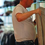 NLD/Amsterdam/20110730 - Gordon Heuckroth en vermoedelijk nieuwe partner winkelend in de PC Hoofdtstraat Amsterdam,