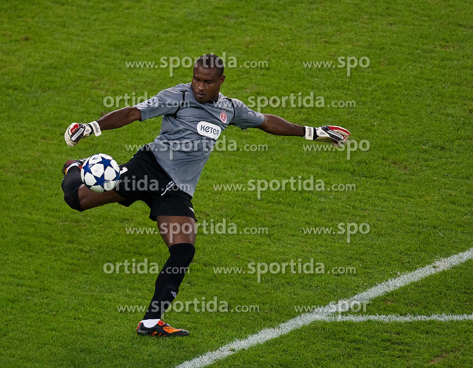 18.08.2010, Red Bull Arena, Salzburg, AUT, UEFA CL, Red Bull Salzburg vs Hapoel Tel Aviv, im Bild Vincent Enyeama,(Hapoel Tel Aviv, Keeper, #01) beim Ausschuss, EXPA Pictures © 2010, PhotoCredit: EXPA/ J. Feichter / SPORTIDA PHOTO AGENCY