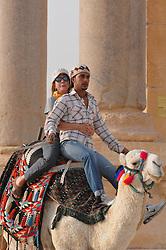 23.10.2008, Palmyra, SYR, IS ueberrennt antike Oasenstadt Palmyra, Die Terror Organisation Islamische Staat hat die syrische Oasenstadt Palmyra eingenommen. Damit droht eine der bedeutendsten antiken Stätten des Nahen Ostens zerstört zu werden, im Bild Archivmaterial, Kamelreiter (vorn) mit Touristin in der antiken Oasenstadt Palmyra // Islamic State (IS) fighters in Syria are said to have seized part of the town next to Palmyra, one of the Middle East's greatest archaeological sites, Palmyra, Syria on 2008/10/23. EXPA Pictures © 2015, PhotoCredit: EXPA/ Eibner-Pressefoto/ Harzer<br /> <br /> *****ATTENTION - OUT of GER*****