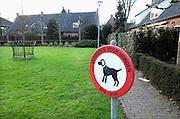Nederland, Laren, 15-1-2012Bij een grasveldje staat een bord, verbodsbord, verboden voor honden.Foto: Flip Franssen/Hollandse Hoogte