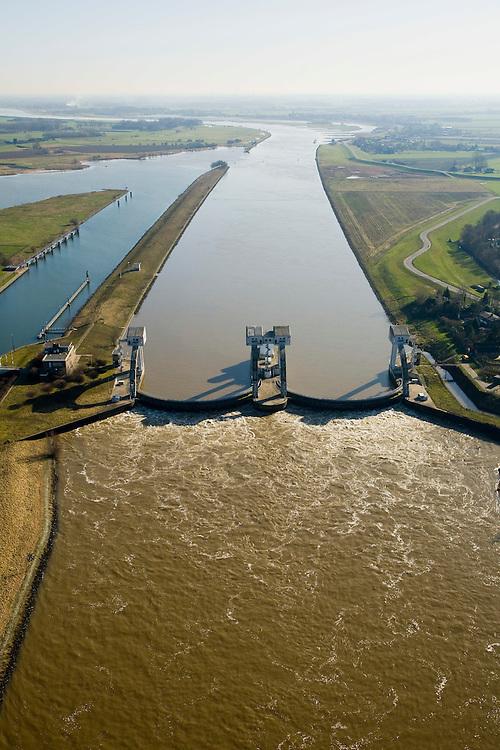 Nederland, Zuid-Holland, Hagestein, 11-02-2008; stuw in de rivier de Lek, dient om waterpeil in de rivier te reguleren; de vizierschuif van de stuw is gesloten, hierdoor is er verschil in waterhoogte, dit verval wordt gebruikt om een waterkrachtturbine aan te drijven; de foto is in zuidooostelijke richting, stroomopwaarts, richting Culemborg..luchtfoto (toeslag); aerial photo (additional fee required); .foto Siebe Swart / photo Siebe Swart