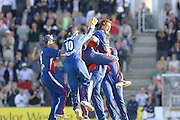 2005 Twenty/20 Cricket England vs Australia, The Rose Bowl, Southampton, Hampshire, ENGLAND 13.06.2005, Jon Lewis is congratuleteed by team mates after kevinPetersen .Photo  Peter Spurrier. .email images@intersport-images...