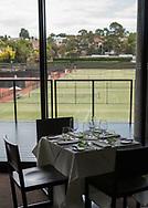 Royal South Yarra Lawn Tennis Club existiert seit 1884.<br /> Klubhaus Restaurant und Terrasse mit Blick auf Rasenplaetze,