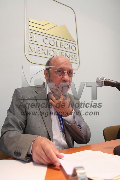 Toluca, Mex -  Dino Cesar Mureddu Torres, catedratico de la UAM Xochimilco durante su conferencia magistral titulada Politicas Publicas  y Tejido Social. Practicas y Reflexiones, en el Colegio Mexiquense.   Agencia MVT / Crisanta Espinosa.