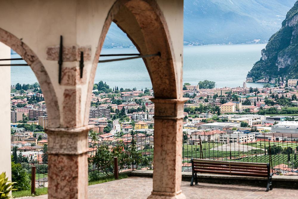 Tenno (TN) -  Frazione di Cologna - Chiesa di San Zeno: veduta di Riva del Garda e del lago dal<br /> portico della chiesa:-: 209AB015xAH00xx