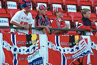 Unge supportere på tribunen. Kvinnefotball: Norge - England 8-0, EM-kvalifisering, kvinnelandslaget 2000, 4. juni 2000. (Foto: Peter Tubaas/Fortuna Media AS)