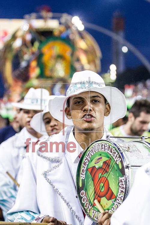 São Paulo, SP – 14/02/2015 – Desfile do GRCES X9 Paulistana, com o enredo Sambando na Chuva, Num Pé Dágua ou na Garoa, Sou a X-9 Numa Boa!, última escola a desfilar pelo Grupo Especial do Carnaval 2015, no Sambódromo do Anhembi, na noite de hoje (14/02). Foto: CARLA CARNIEL/FRAME