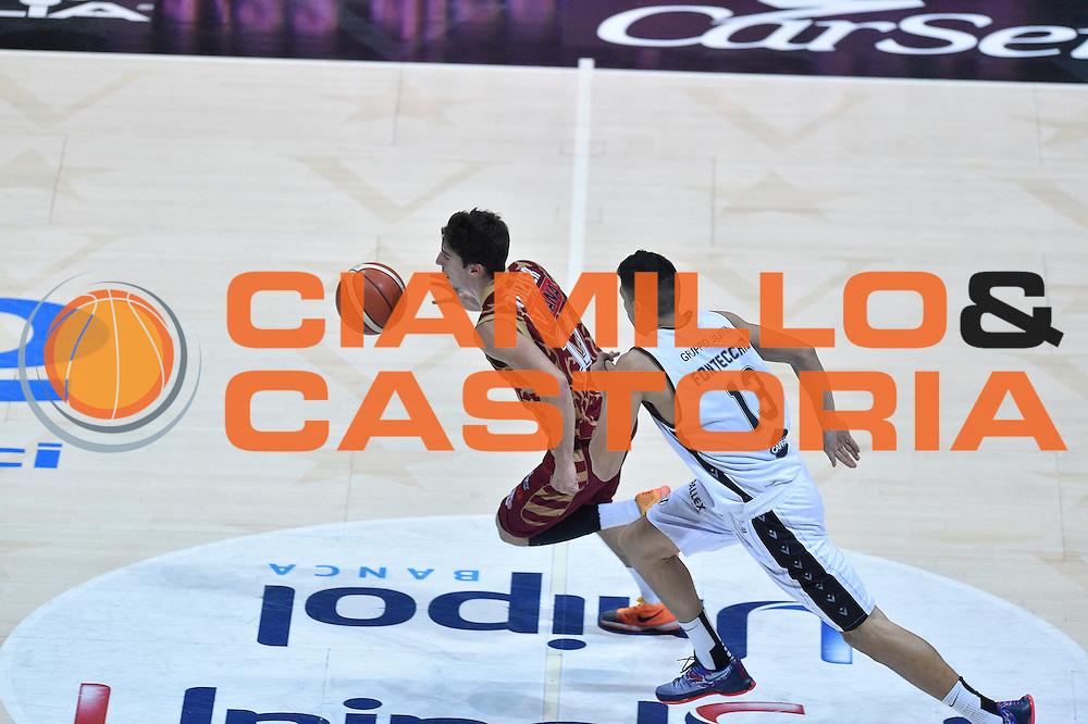 DESCRIZIONE : Bologna Lega A 2015-16 Obiettivo Lavoro Virtus Bologna - Umana Reyer Venezia<br /> GIOCATORE : Josh Owens<br /> CATEGORIA : Palleggio Contropiede<br /> SQUADRA : Umana Reyer Venezia<br /> EVENTO : Campionato Lega A 2015-2016<br /> GARA : Obiettivo Lavoro Virtus Bologna - Umana Reyer Venezia<br /> DATA : 04/10/2015<br /> SPORT : Pallacanestro<br /> AUTORE : Agenzia Ciamillo-Castoria/GiulioCiamillo<br /> <br /> Galleria : Lega Basket A 2015-2016 <br /> Fotonotizia: Bologna Lega A 2015-16 Obiettivo Lavoro Virtus Bologna - Umana Reyer Venezia