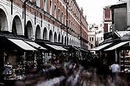 Venezia - Turisti e bancarelle di paccottiglia a Rialto