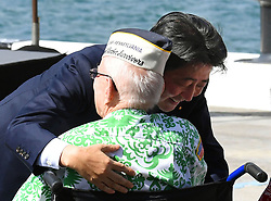 """US-Präsident Barack Obama und Japans Premier Shinzo Abe beim Gedenken an die Opfer des japanischen Angriffs auf Pearl Harbor vor 75 Jahren / 271216<br /> <br /> <br /> <br /> ***After giving a speech at Pearl Harbor in Hawaii on Dec. 27, 2016, Japanese Prime Minister Shinzo Abe hugs a U.S. veteran who survived the Japanese attack there in 1941. In the speech, Abe offered his """"sincere and everlasting condolences"""" for those who died in the attack.***"""