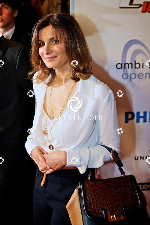 AMSTERDAM - Bij pathe theater Tuschinski is de filmpremiere van Johnny English.  Met op de foto de vrouw van Rowan Atkinson genaamd Sunetra Sastry. FOTO LEVIN DEN BOER - PERSFOTO.NU