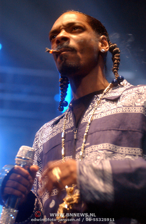 NLD/Rotterdam/20050615 - Concert Snoop Doggy Dogg rokend een joint.Cordazer Calvin Broadus, wiet, drugs, rook, sigaret
