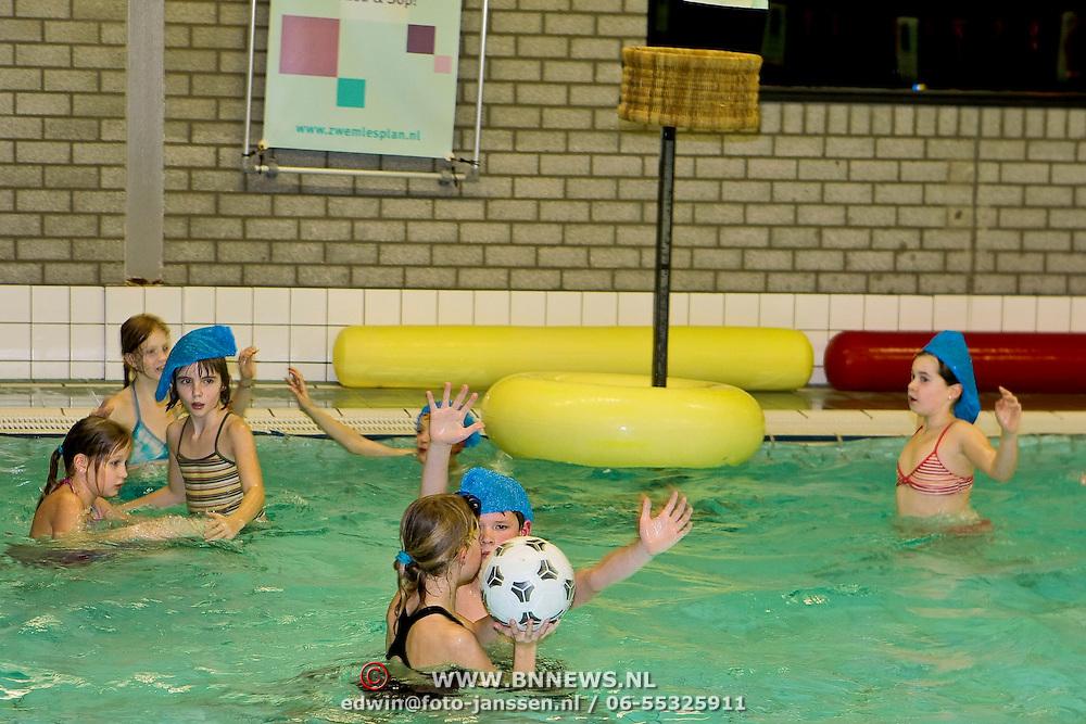 NLD/Huizen/20100105 - Korfbal vereniging Huizen organiseert een waterkorfbal wedstrijd voor de jeugd