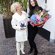 NLD/Naarden/20120422 - Inloop gasten verjaardagsfeest Monique des Bouvrie, Marisca van Kolck en vriendin