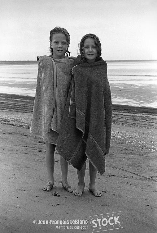 deux fillettes sur la plage de Natashquan, sur la Côte Nord du Québec