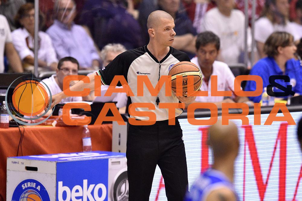 DESCRIZIONE : Milano Lega A 2014-15 EA7 Emporio Armani Milano vs Banco di Sardegna Sassari playoff Semifinale gara 7 <br /> GIOCATORE : Mark Bartoli arbitro<br /> CATEGORIA : arbitro<br /> SQUADRA : arbitro<br /> EVENTO : PlayOff Semifinale gara 7<br /> GARA : EA7 Emporio Armani Milano vs Banco di Sardegna SassariPlayOff Semifinale Gara 7<br /> DATA : 10/06/2015 <br /> SPORT : Pallacanestro <br /> AUTORE : Agenzia Ciamillo-Castoria/GiulioCiamillo<br /> Galleria : Lega Basket A 2014-2015 Fotonotizia : Milano Lega A 2014-15 EA7 Emporio Armani Milano vs Banco di Sardegna Sassari playoff Semifinale  gara 7 Predefinita :