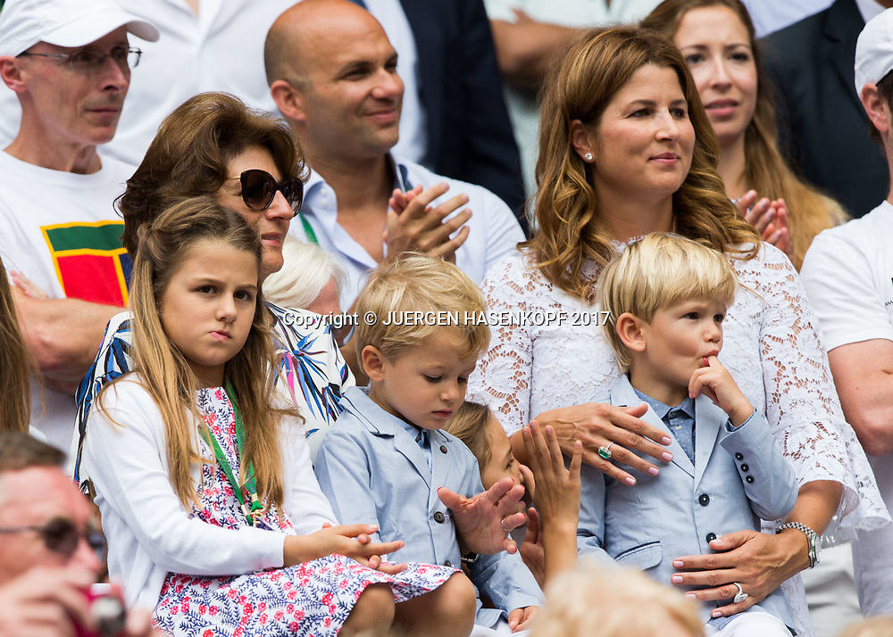 ROGER FEDERER Ehefrau Mirka und Mutter Lynette mit den Kinder in der Spielerloge,Siegerehrung,Praesentation, Endspiel, Final<br /> <br /> Tennis - Wimbledon 2016 - Grand Slam ITF / ATP / WTA -  AELTC - London -  - Great Britain  - 16 July 2017.