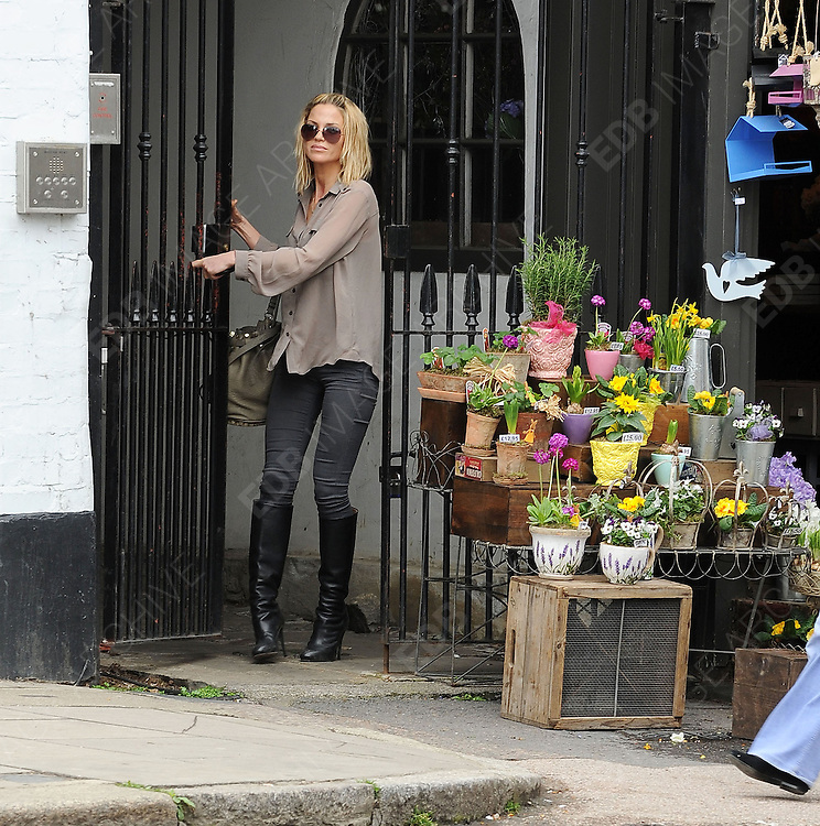 04.APRIL.2012. LONDON<br /> <br /> SARAH HARDING IN PRIMROSE HILL, LONDON<br /> <br /> BYLINE: EDBIMAGEARCHIVE.COM<br /> <br /> *THIS IMAGE IS STRICTLY FOR UK NEWSPAPERS AND MAGAZINES ONLY*<br /> *FOR WORLD WIDE SALES AND WEB USE PLEASE CONTACT EDBIMAGEARCHIVE - 0208 954 5968*