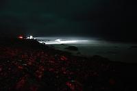Noen personer er ute og kikker på uværet og bølgene som slår innover kysten på Alnes i Giske kommune fredag kveld.<br /> Foto: Svein Ove Ekornesvåg