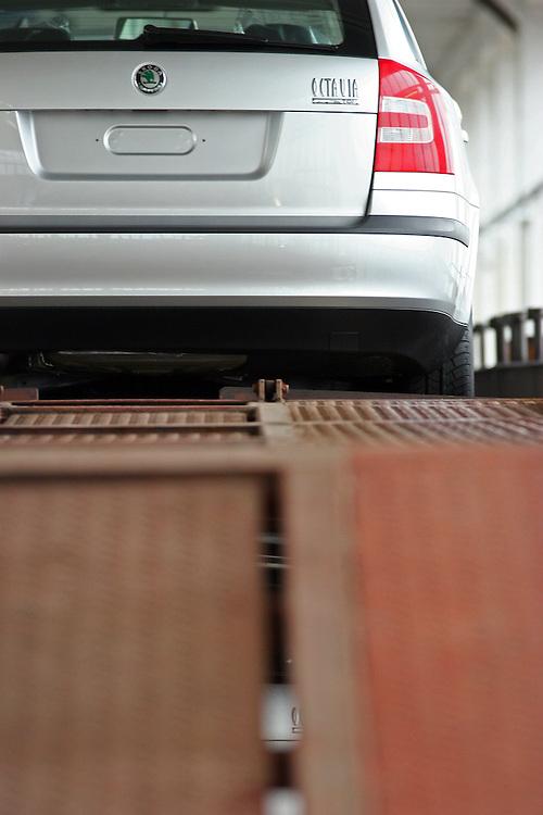 Mlada Boleslav/Tschechische Republik, Tschechien, CZE, 19.03.07: Skoda Octavia Modelle auf dem Werksgelände der Skoda Auto Fabrik in Mlada Boleslav für die Auslieferung per Schiene auf einen Autozug verladen. Der tschechische Autohersteller Skoda ist ein Tochterunternehmen der Volkswagen Gruppe.<br /> <br /> Mlada Boleslav/Czech Republic, CZE, 19.03.07: Skoda Octavia vehicle prepared on trailer-train for transportation from Skoda car factory in Mlada Boleslav. Czech car producer Skoda Auto is subsidiary of the German Volkswagen Group (VAG).