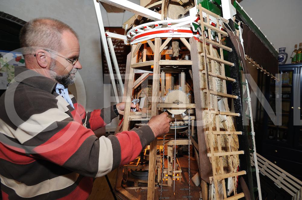 NIEUWLEUSEN - Replica Molen Mansier.Roelof Spijker bouwde de Mansier Molen tot in details na.FFU PRESS AGENCY COPYRIGHT FRANK UIJLENBROEK..