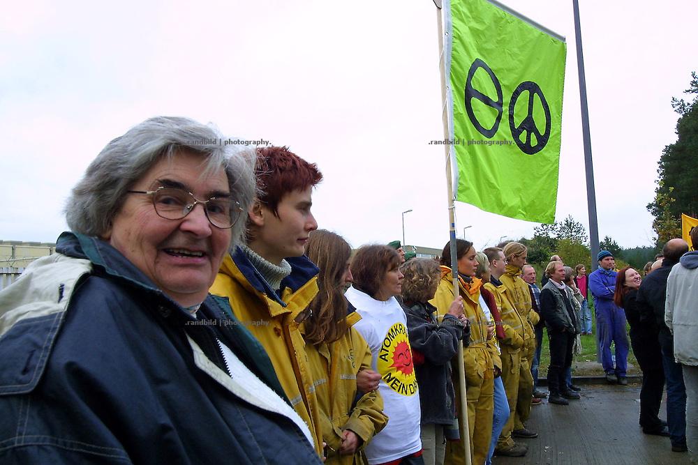 """""""Widerstandsurgestein"""" Lilo Wollny in einer Menschenkette vor dem zwischenlager Gorleben. Wollny war in der 1980er Jahren Mitglied des Bundestags und begleitet seit 1977 die Proteste gegen Gorleben"""