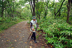 La maggior parte della popolazione indigena Ainu vive nell' Isola di Hokkaido e secondo gli antropologi &egrave; origine caucasica. Probabilmente arriv&ograve; dalla Siberia ed ora se ne stimano circa 70.000. Il loro destino &egrave; spesso paragonato a quello degli indiani d'America.Dopo numerosi tentativi di cancellarne la cultura ora- soprattutto dal 1997-  c'&egrave; una rivalutazione delle loro tradizioni e grazie ad appositi fondi sono nate numerosi centri di ricerca ed associazioni culturali dove si insegna una lingua che sta scomparendo. Nella servizio vediamo un ainu purosangue che raccoglie il cibo nel bosco, prega per il buon  raccolto e porta il raccolta all propria donna che lo cucina assieme ad una testa di salmone. Ci troviamo poco fuori Sapporo in un villaggio studi con capanne, musei di strumenti ed abiti tipici.<br /> &copy; Paolo della Corte - AGF