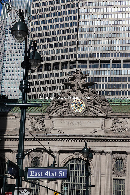 New York, Grand central station, rooftop sculpture  in the distance the Panamerican building / gare de grand central en arriere plan l 'ancien panam building