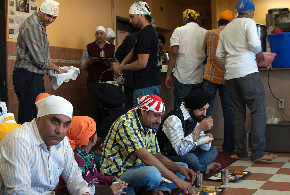 After the prayer, everyone ends up in the dining hall of the Gurdwara to share a meal.
