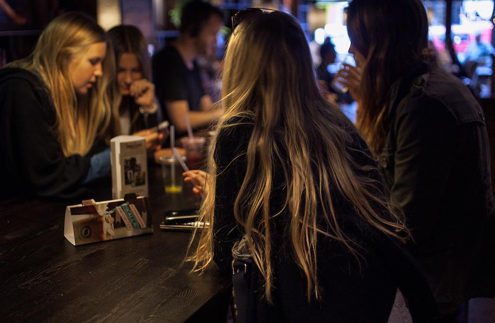 Ungdomar på ett café. Stureplan, Stockholm, juni 2012...Youths at a café. Stureplan, Stockholm, Sweden, June 2012.