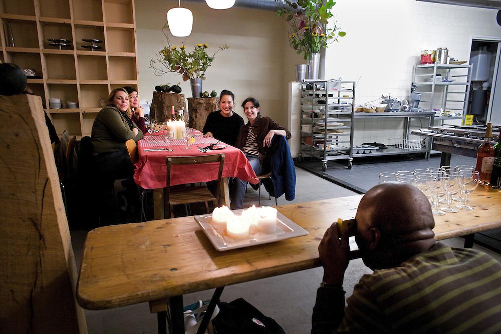 Nederland. Rotterdam, 12 oktober 2007.<br /> De Grote Oversteek, deelnemers in een restaurant aan het Deliplein.  DE VOORKANT/JOHN WANDERS<br /> Op vrijdag 12 en zaterdag 13 oktober 2007 vindt op Rotterdam-Zuid de Grote Oversteek plaats. Noord ontmoet Zuid en Zuid ontvangt Noord. Rotterdam Zuid is bij veel Rotterdammers van de noordkant onbekend terrein. Een select gezelschap van Noordelingen krijgt de kans om &eacute;&eacute;n nacht te logeren bij Rotterdammers op Zuid. Zij zullen het zuidelijk deel van de stad heel intens en op de huid beleven. Gastheren en -vrouwen trekken met hen Zuid in en laten hen hun woonomgeving en favoriete plekken beleven.<br /> Voor dit project zijn gastgezinnen gezocht in Charlois, Feijenoord en IJsselmonde, die graag hun Zuid willen laten zien. Die &eacute;&eacute;nmalig hun huis, hart en haard willen openstellen voor een logee uit Noord. <br /> Vanaf 19.00 uur gaan logeerder en gastgezin op ontdekkingstocht langs &lsquo;lekkere&rsquo; plekken op Zuid. Op tenminste drie verschillende eetplekken staat een gerecht klaar. Daarna nemen de gastheren en &ndash;vrouwen hun logee mee naar huis om te verhalen, slapen en de volgende dag samen te ontbijten.<br /> Foto Martijn Beekman <br /> NIET VOOR TROUW, AD, TELEGRAAF, NRC EN HET PAROOL