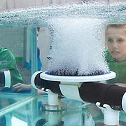 Nederland Capelle aan den Ijssel 9 mei 2009 20090509Zuivering water Awzi Kralingseveer, Rivium Awzi .Jongen bekijkt demonstratie installatie die zuurstof toevoegt aan het water, dit om het reinigingsproces van het water te versnellem.Kralingseveer is de grootste afvalwaterzuiveringsinstallatie van Schieland en de Krimpenerwaard. Deze zuivering zuivert het afvalwater van huishoudens en bedrijven . Waterschap Schieland en de Krimpenerwaard, deze zorgt als waterschap voor droge voeten en schoon water in een bepaald gebied. Foto David Rozing