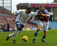 Fotball<br /> Premier League 2004/2005<br /> 06.11.2004<br /> Foto: SBI/Digitalsport<br /> NORWAY ONLY<br /> <br /> Aston Villa v Portsmouth<br /> <br /> Portsmouth's Ricardo Fuller (L) battles for the ball with David Unsworth