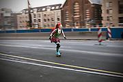 Een meisje skate mee met de maandelijkse skatetour door het centrum van Utrecht.<br /> <br /> A woman is skating downtown Utrecht