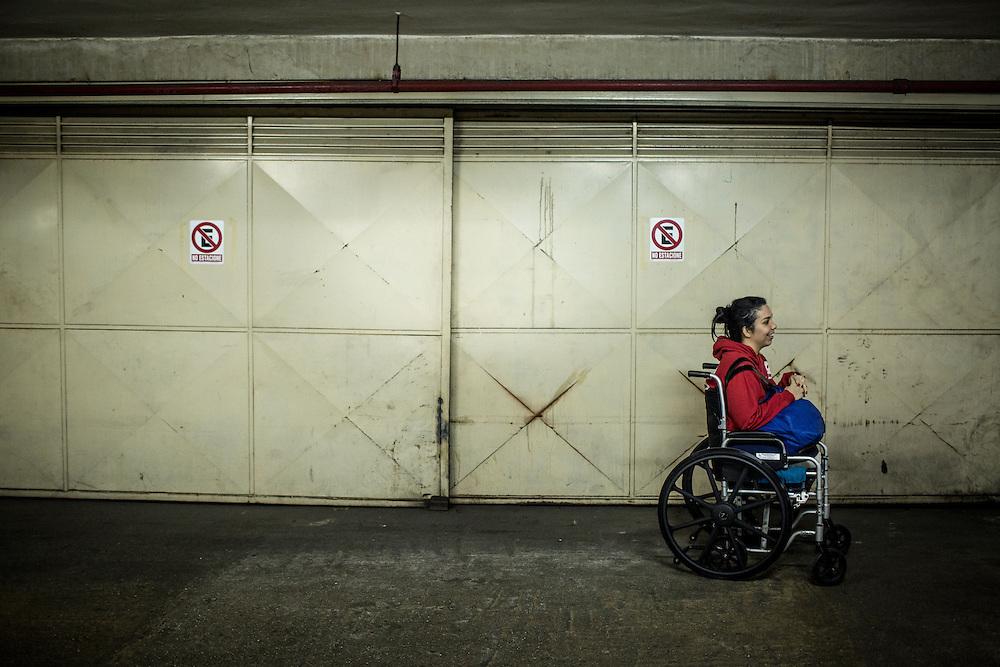 Zarevitz de 28 años y amputada bilateral permanece en el estacionamiento de su edificio ubicado en Caracas. 08 de mayo de 2014. (Foto/Ivan Gonzalez)