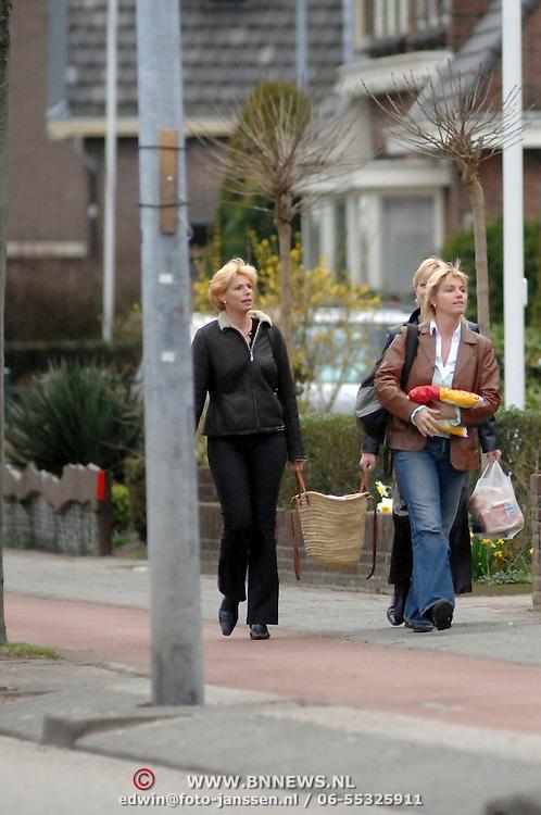 NLD/Almere/20070317 - Cor Bakker's vriendin met famile en boodschappen
