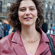 Vrouwen Tegen Uitzetting (VTU) voert op 14 april 2012 een 'lig-actie' op de Dam.Tégen het op straat zetten van vluchtelingen, vóór fatsoenlijke opvang.VTU is een netwerk van Nederlandse en vluchtelingenvrouwen met en zonder verblijfsvergunning. VTU zet zich in voor een goed asielbeleid en aandacht voor de positie van vrouwelijke vluchtelingen.Het protest richt zich in de eerste plaats tegen het op straat zetten van vluchtelingen en pleit voor fatsoenlijke opvang. Maar er komt meer aan de orde. Diverse sprekers belichten of bezingen het wetsontwerp over 'gewortelde kinderen', het Kinderpardon, de schandalig hoge legeskosten en de slordige, haastige, asielprocedure.Om 15.00 u worden één voor één de namen van vluchtelingen  opgelezen die op straat zijn gezet, terwijl de aanwezigen op de Dam gaan liggen om te laten zien hoeveel asielzoekers op straat moeten leven.Sprekers zijn o.a. Vincent Bijloo cabaretier; Marieke Doorninck (Groen Links gem Amsterdam); Khadija Arib (2e K PvdA); Tofik Dibi (2e K GroenLinks)Stephanie Mbanzendore - Burundese en Myra. Op de foto: Marieke Doorninck (Groen Links gem Amsterdam). Foto JOVIP/JOHN VAN IPEREN