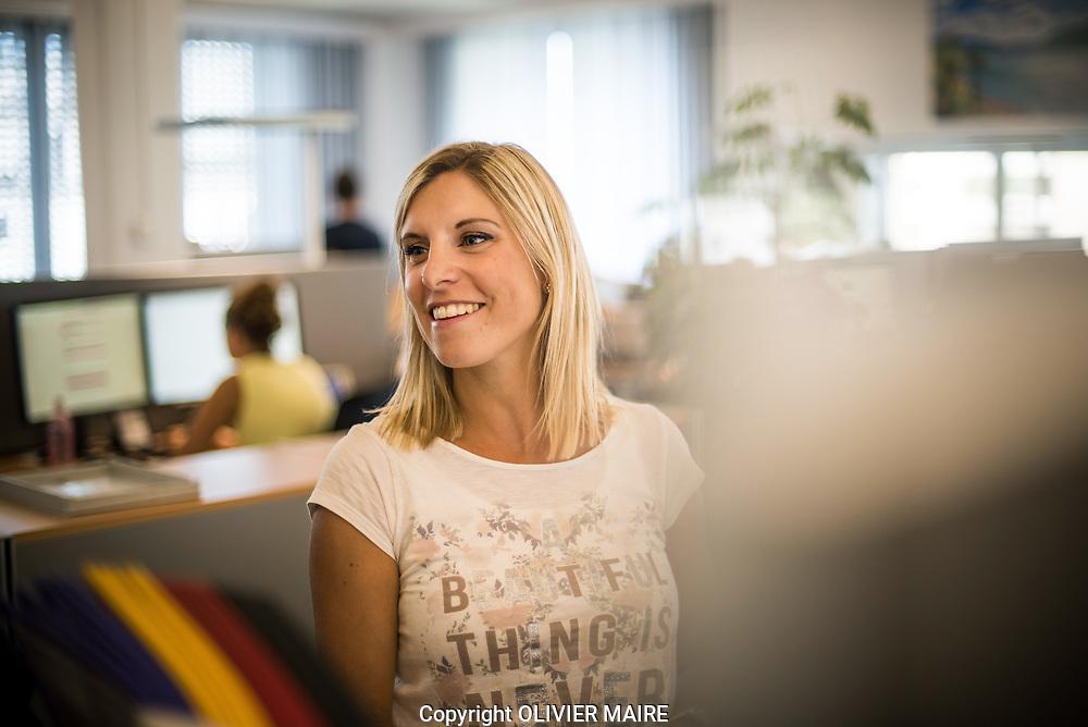 Sarah In-Albon pose lors du reportage au centre de gestion de la client&egrave;le CFF &agrave; Brigue (VS) le mercredi 9 ao&ucirc;t sur le travail des community managers qui r&eacute;pondent aux questions ou aux plaintes des clients.<br /> <br /> (OLIVIER MAIRE)