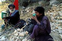 Pakistan - La fête des soufis - Province du Sind et du Balouchistan - Pélerinage soufi de Lahoot - Shen Faqir Lahooti offre de l'eau à son fils Rehan // Pakistan, Sind, sufi pilgrimage of Lahoot