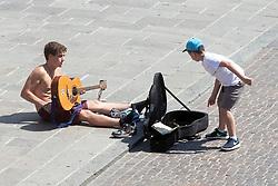 MUSICISTA BUSKER IN PIAZZA TRENTO TRIESTE A FERRARA