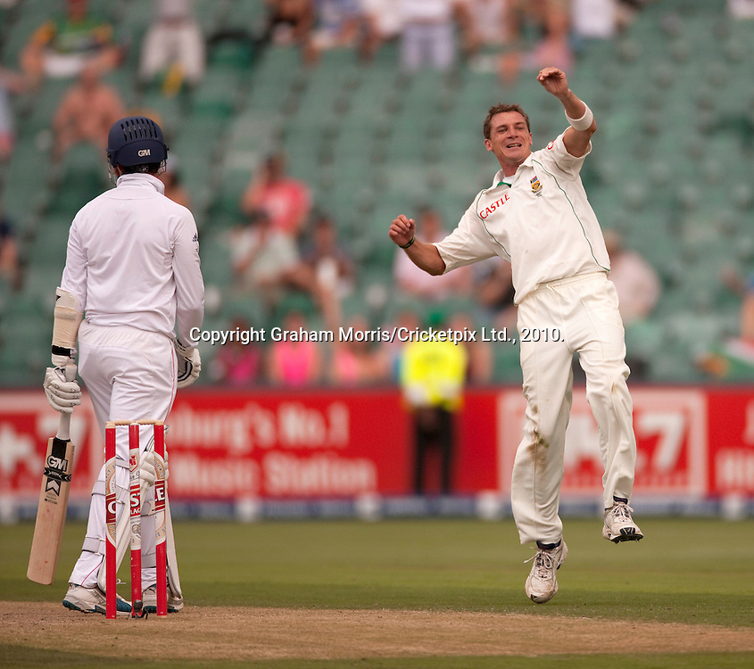 Graeme Swann out as Dale Steyn (right) celebrates his fifth wicket during the fourth and final Test Match between South Africa and England at the Wanderers Stadium, Johannesburg. Photograph © Graham Morris/cricketpix.com (Tel: +44 (0)20 8969 4192; Email: sales@cricketpix.com)