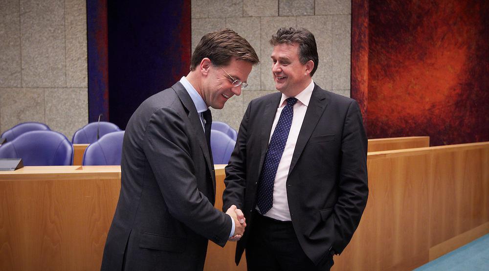 Nederland. Den Haag, 24 mei 2012.<br /> Demissionair premier Mark Rutte begroet Emile Roemer SP Socialistische Partij voor aanvang. <br /> Verantwoordingsdebat, nav de derde woensdag in mei, tweede kamer, politiek, parlement, <br /> Foto : Martijn Beekman