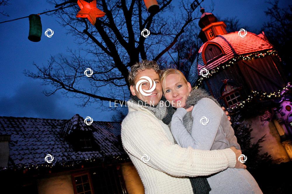 EFTELING - Op woensdag 14 december beleeft Rein Kolpa zijn premiere als elfenkoning Oberon in de musical Droomvlucht.  Rein Kolpa speelt de rol van Oberon in de musical Droomvlucht die exclusief te zien is in Theater de Efteling.  Met op de foto Rein Kolpa en partner Wieneke Remmers. FOTO LEVIN DEN BOER - PERSFOTO.NU